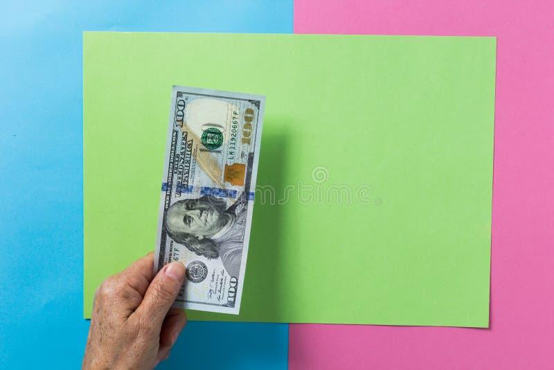 美国货币 美元 在支付i的观点的老退休者上 库存图片