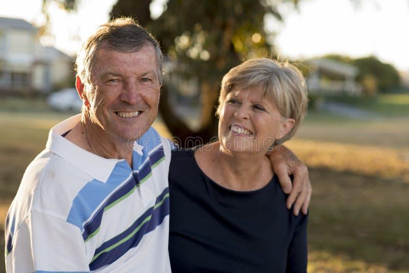 美国资深美好和愉快的成熟夫妇画象大约显示爱和喜爱的70岁一起微笑在t 免版税库存照片