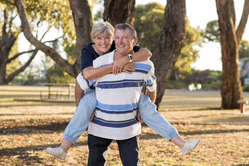 美国资深美好和愉快的成熟夫妇画象大约显示爱和喜爱的70岁一起微笑在t 免版税库存图片