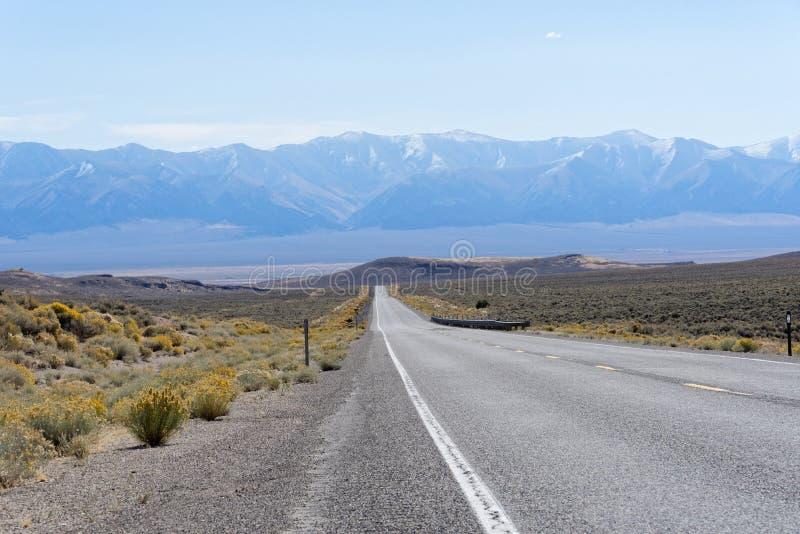 美国路线50内华达-最偏僻的路在美国 免版税库存图片