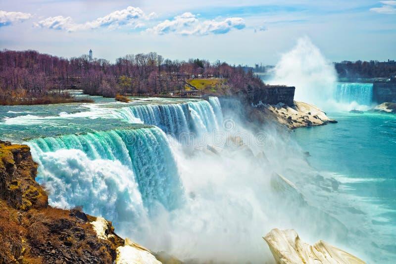 从美国边的尼亚加拉瀑布在春天 免版税库存图片