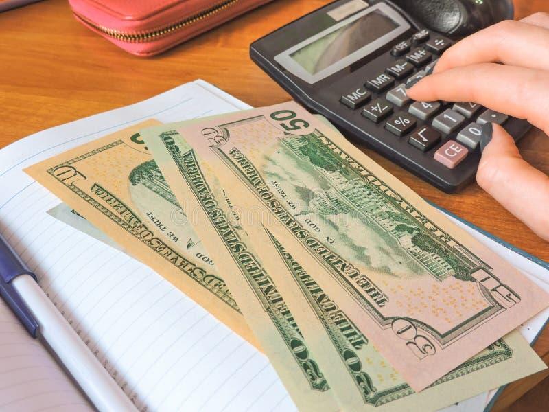 美国金钱品种被计划在堆现金下 一百张美元票据 r 免版税库存图片