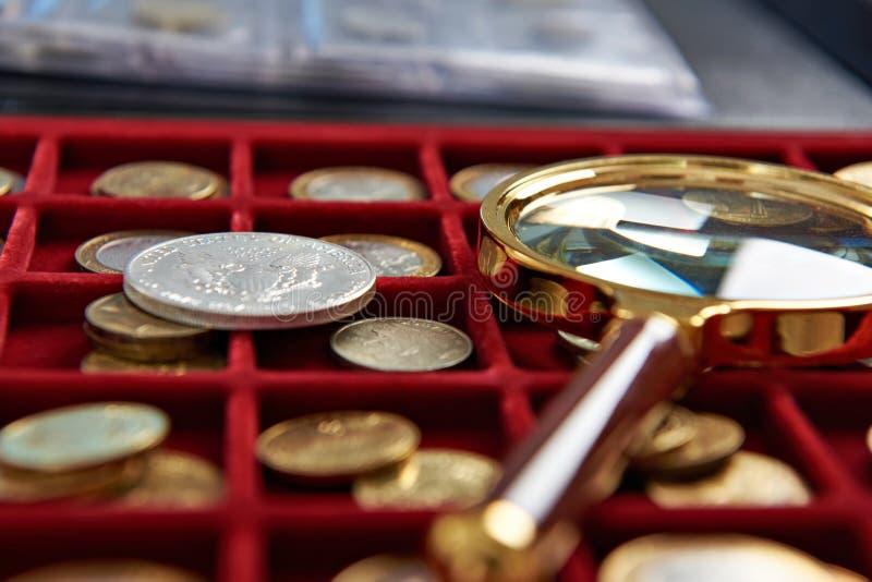 美国银元和放大镜 库存图片
