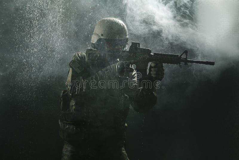 美国陆军战士在雨中 免版税库存照片