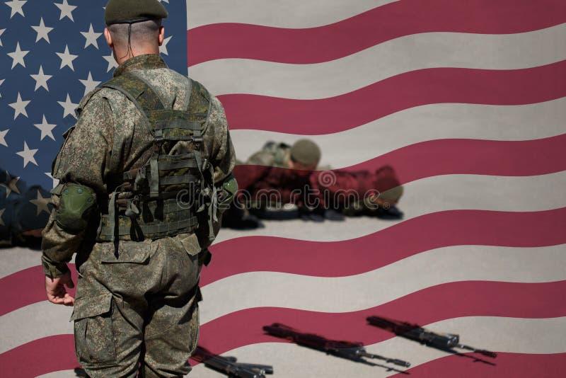 美国陆军资深教官和新兵 在基本战斗训练期间,军士做与她的排的俯卧撑 图库摄影
