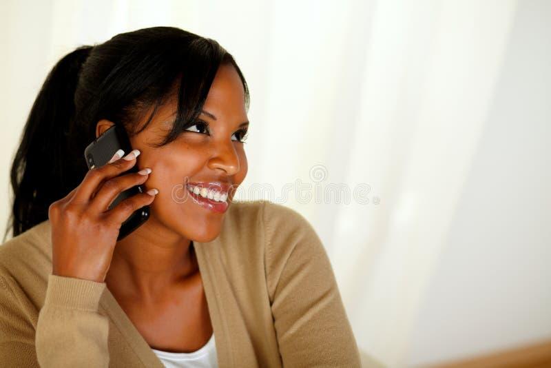 美国黑人的少妇交谈在移动电话 免版税图库摄影
