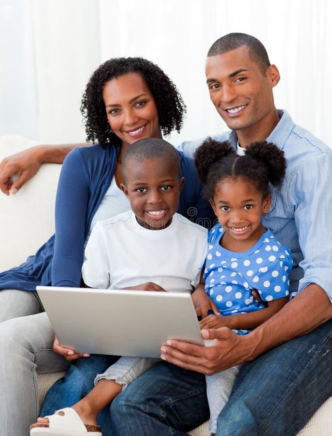 美国黑人的系列膝上型计算机沙发使&# 库存图片
