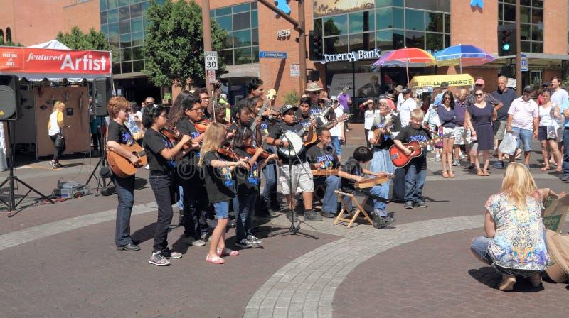 美国,亚利桑那/坦佩艺术节:有串仪器的年轻音乐家 免版税库存照片