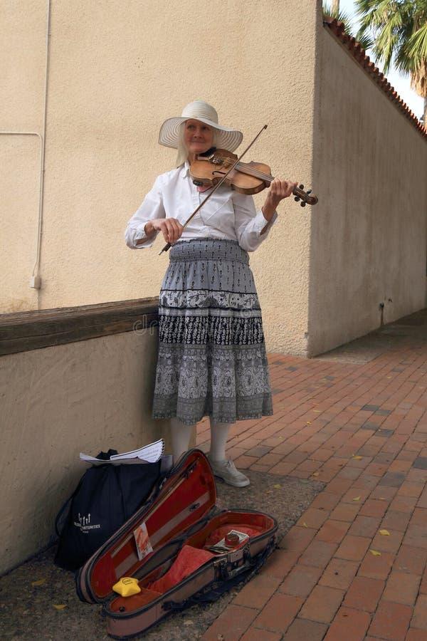 美国,亚利桑那/坦佩:有传统无意识而不停地拨弄的街道音乐家 免版税图库摄影