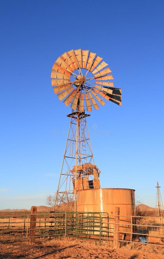 美国,亚利桑那/科奇斯县:风车泵浦和坦克 库存图片