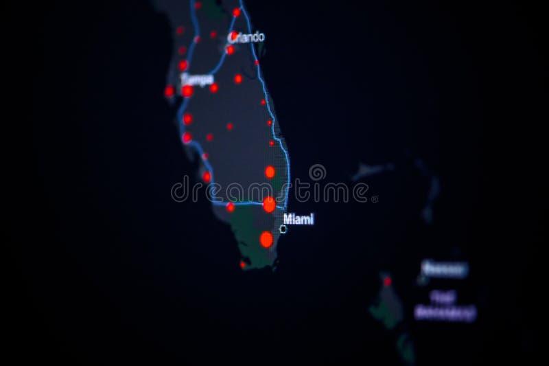 美国,佛罗里达,坦帕 冠状病毒COVID-19全球病例图 显示受感染数的红点 约翰·霍普金斯 免版税库存图片