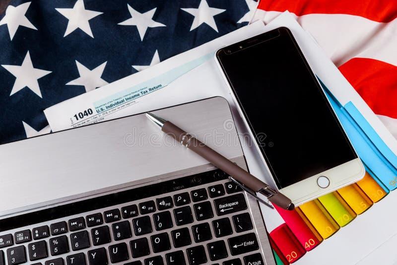 美国1040与笔和膝上型计算机键盘的报税表 免版税库存图片