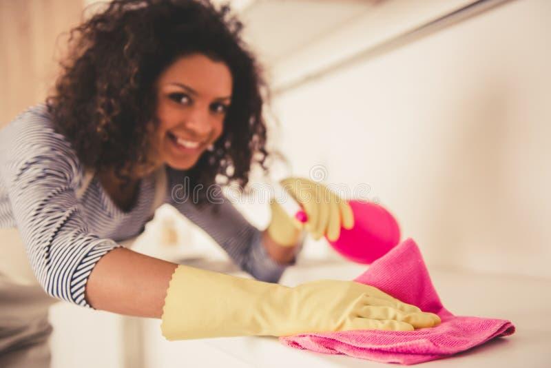 美国黑人的妇女清洁 图库摄影