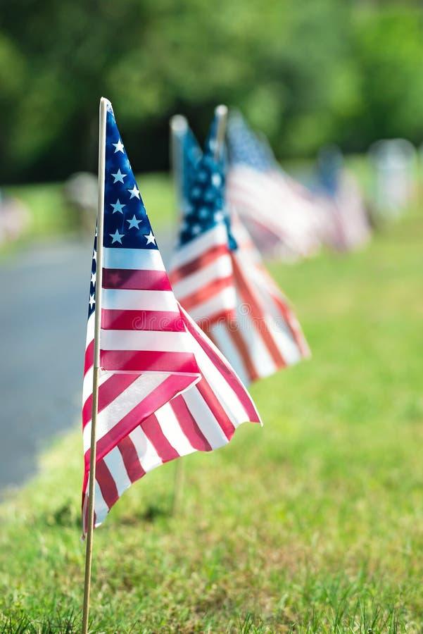 美国经验丰富的旗子在公墓 库存图片