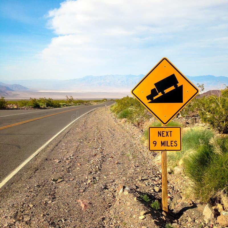 美国 Death Valley 在路急剧下降的标志 库存图片