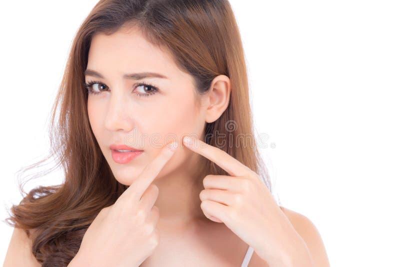 美女亚洲人画象是粉刺,zit治疗,女孩问题脸蛋漂亮,秀丽完善与健康被隔绝  免版税库存照片