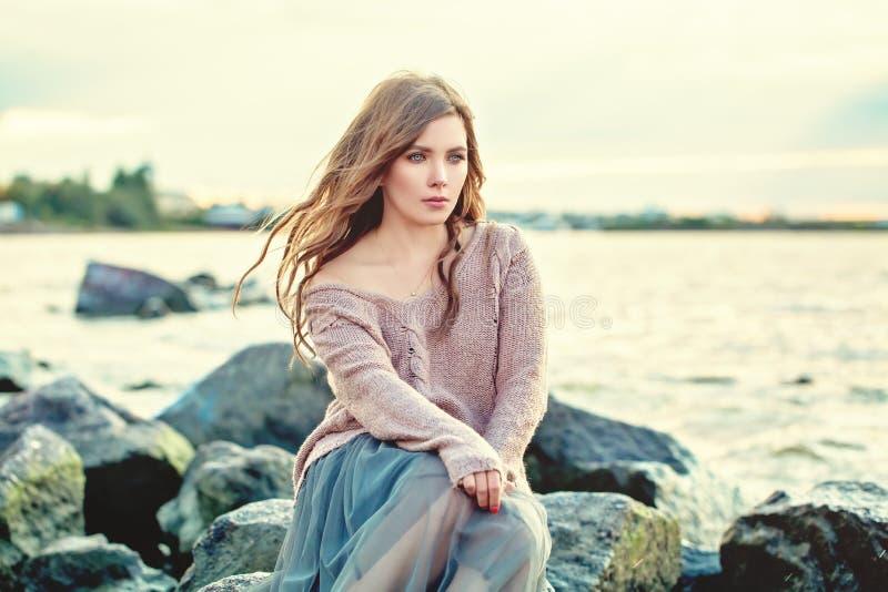 美女作梦 海洋背景的俏丽的女孩 库存图片