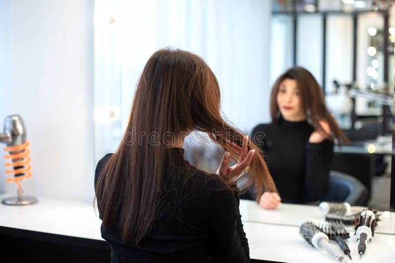 美女做自己在镜子前面的构成构成 库存图片