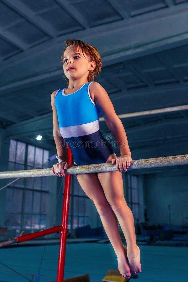 美女参与在的体育体操双杠 免版税库存照片