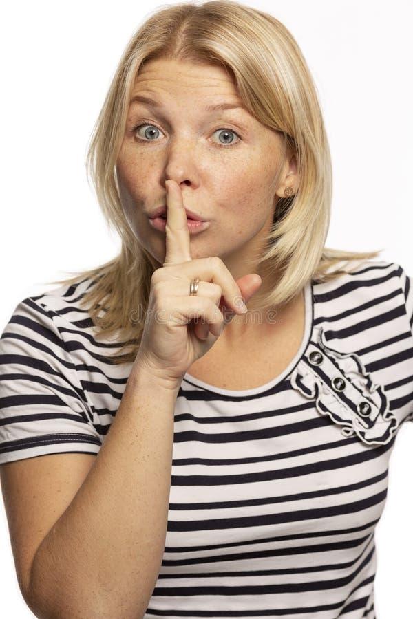 美女呼叫请求沈默,保留手指在嘴唇,特写镜头 免版税库存照片