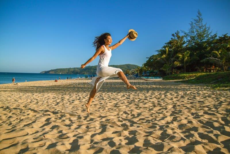 海滩微笑的亚裔妇女愉快 美女在夏天海滩的白色户外 免版税库存照片