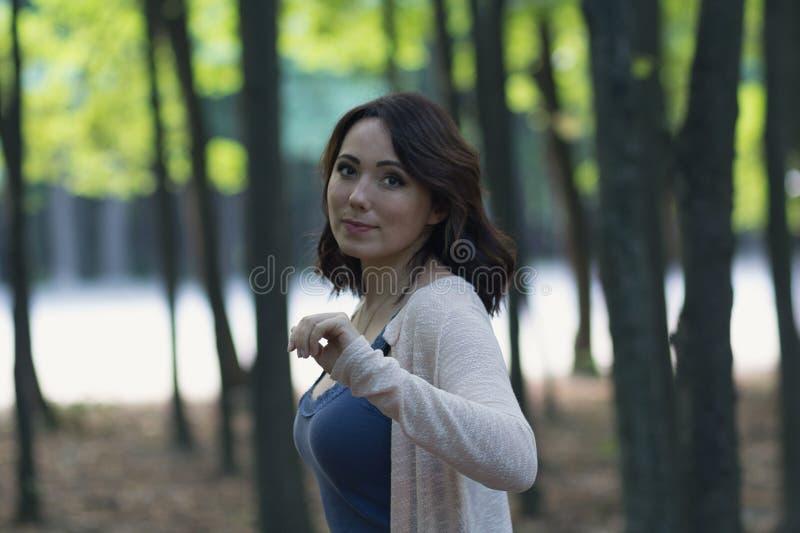 美女在庭院里有神秘的背景 库存照片