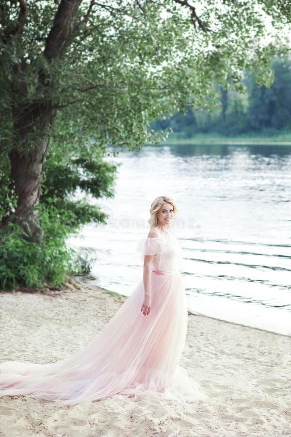 美女在海滩的一件美丽的漂泊礼服站立 :   美好的夏天Wom 库存图片