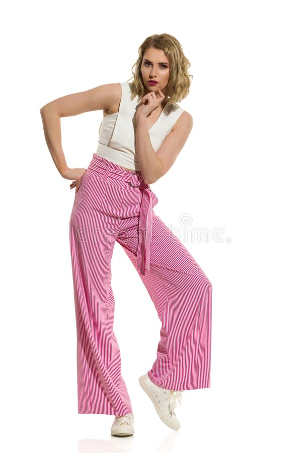美女在镶边宽腿长裤摆在 免版税库存照片