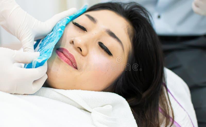 美女在botox射入前得到了冷的压缩 免版税库存图片