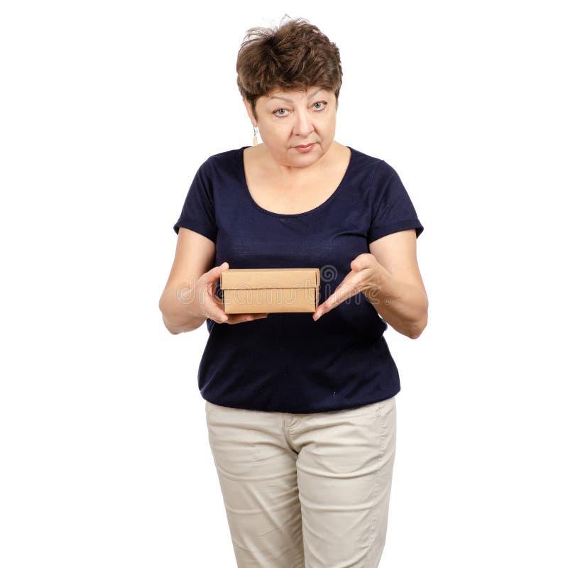 美女年迈拿着一个箱子 库存图片