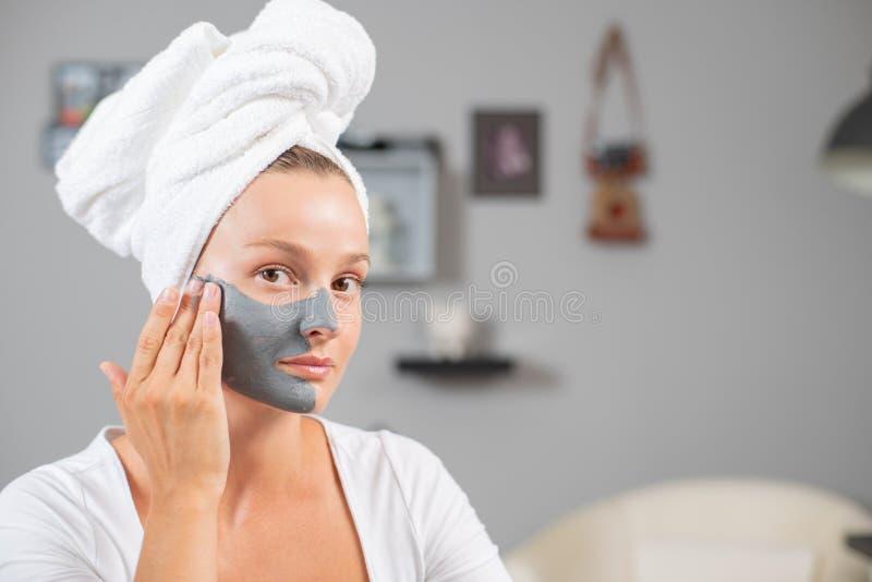 美女应用面部黏土面具 秀丽治疗和skincare 图库摄影