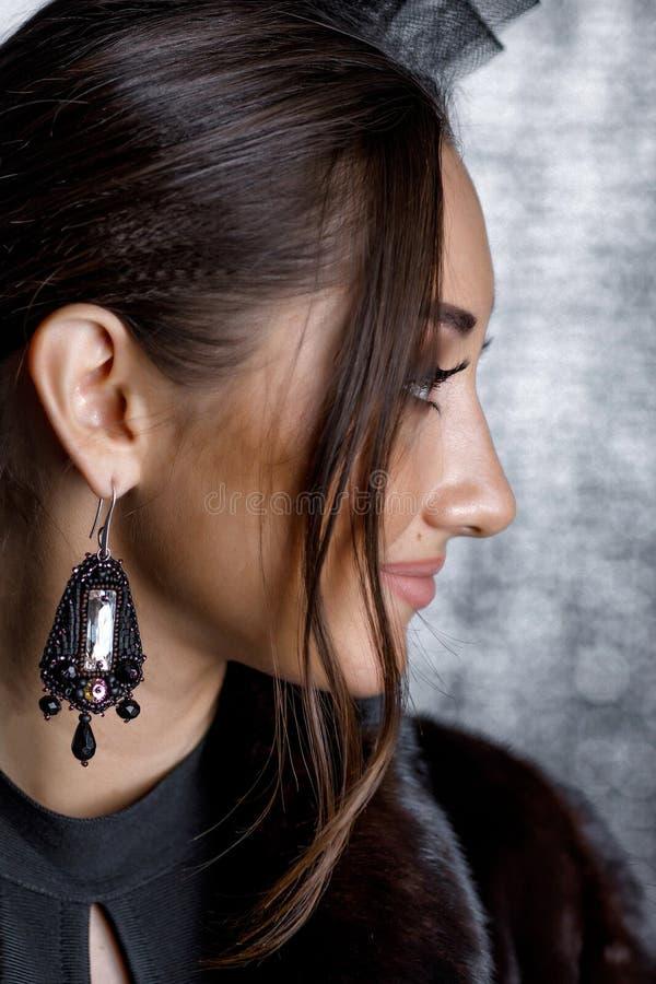 美女有美丽的头发的,构成和有豪华耳环的 库存图片
