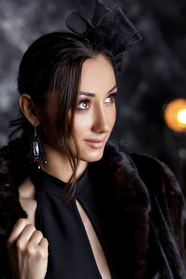 美女有美丽的头发的,构成和有豪华耳环的 免版税库存照片