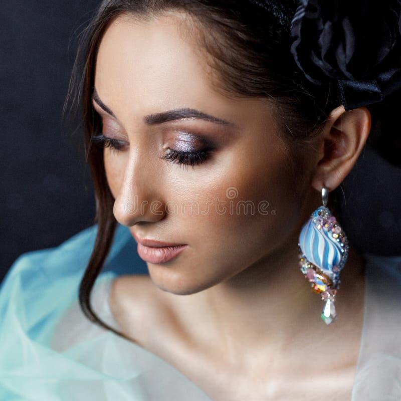 美女有美丽的头发的,构成和有豪华耳环的 免版税图库摄影