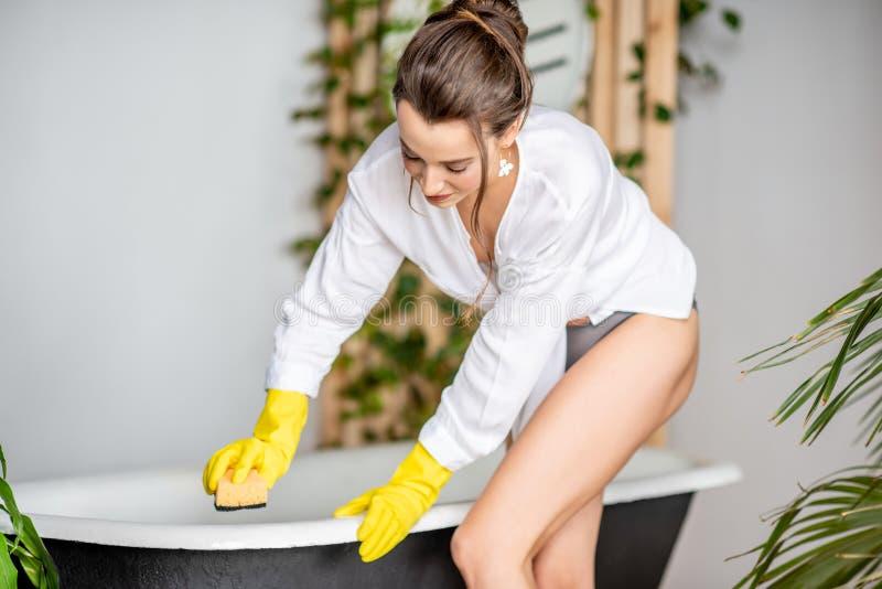 美女清洗的浴缸 免版税库存图片