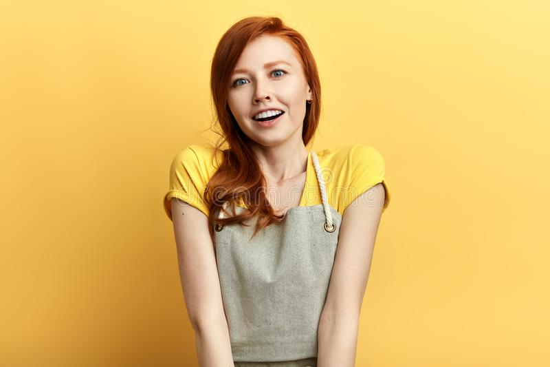 美女激动红色头发和暴牙的微笑expesses正面 免版税库存图片