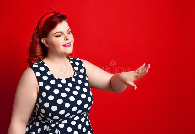 美女画报在减速火箭的礼服和构成的样式画象,修指甲钉子手、红色口红和圆点礼服 免版税库存照片