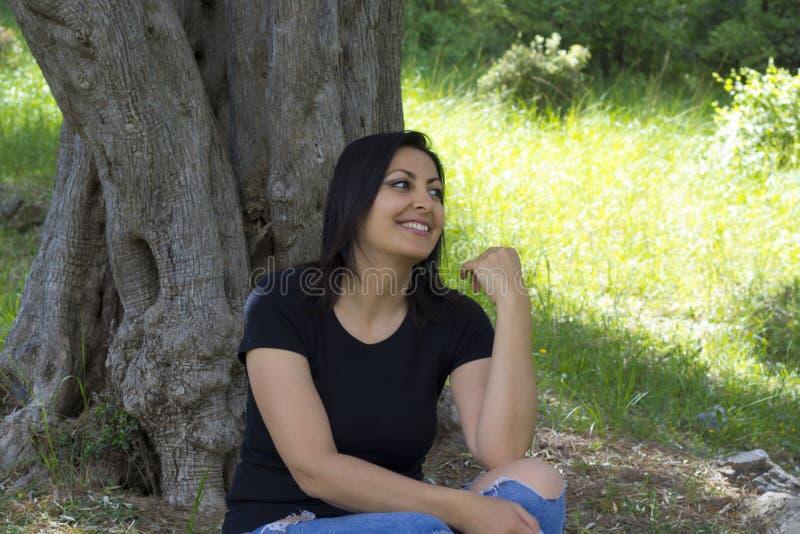 美女画象在公园 库存图片