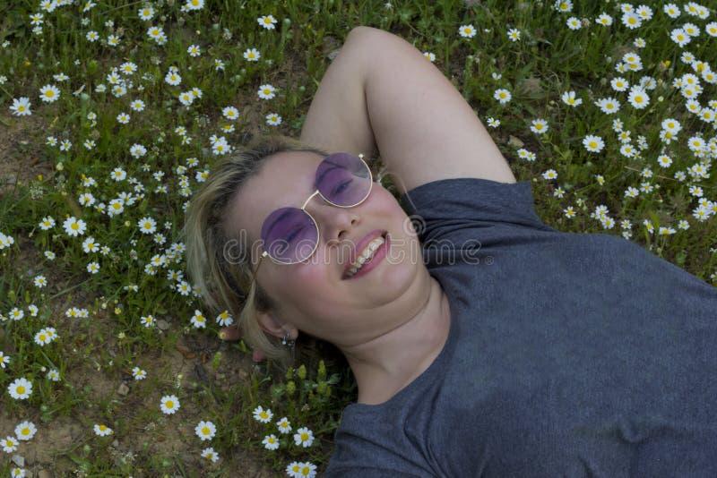 美女画象在公园 库存照片