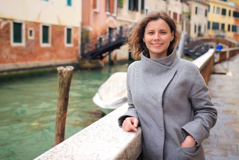 美女画象在威尼斯,意大利 摆在威尼斯式运河的女孩 周末在威尼斯湾 图库摄影