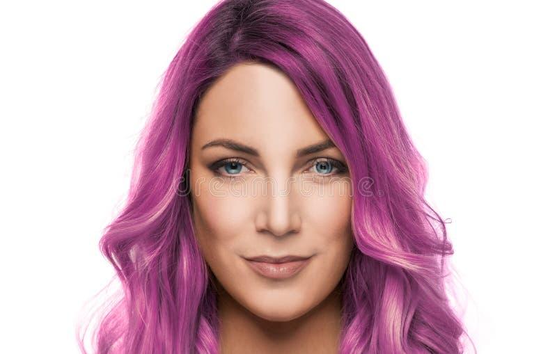 美女画象有桃红色或紫色头发的在白色背景图片
