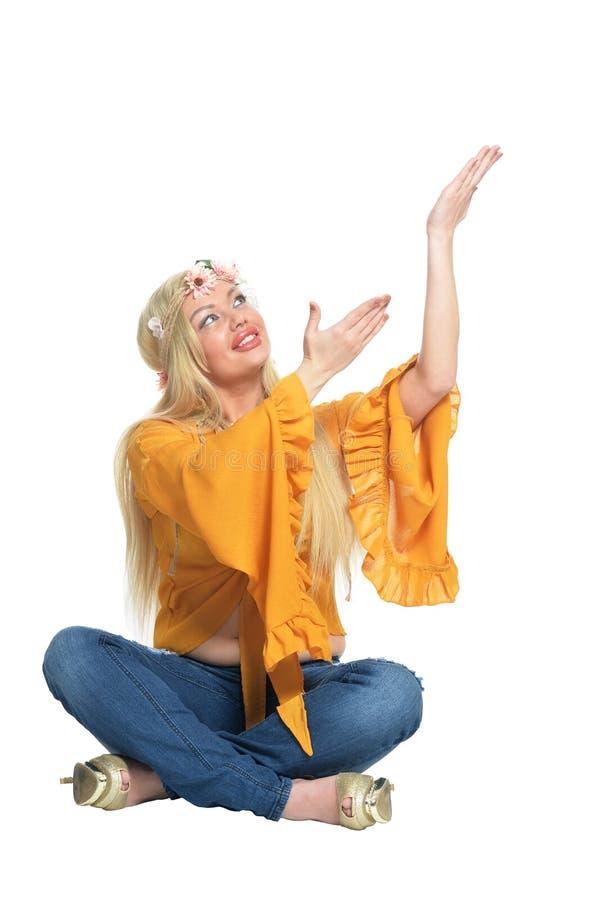 美女画象黄色女衬衫的和花卉 图库摄影