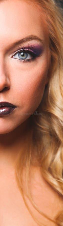 美女画象,隔绝在灰色背景 免版税库存照片