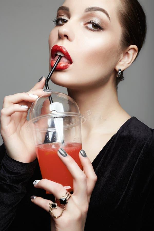 美女饮用的鸡尾酒 ?? 免版税库存图片