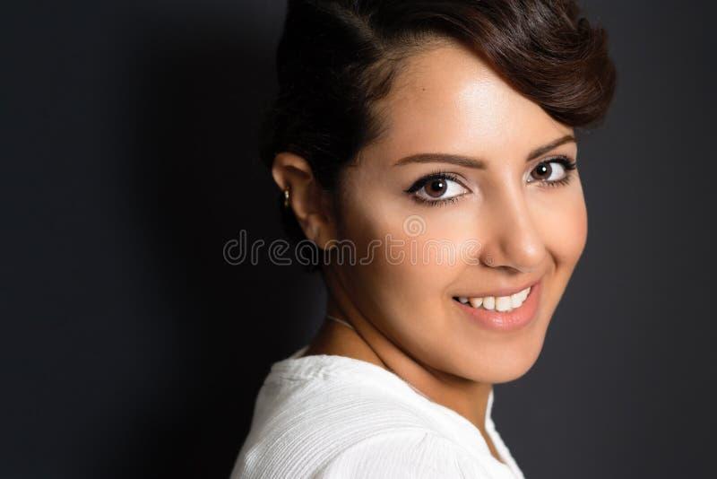 美好中东妇女微笑 免版税库存照片