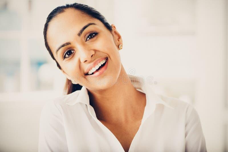 美好印地安女商人画象微笑愉快 免版税图库摄影