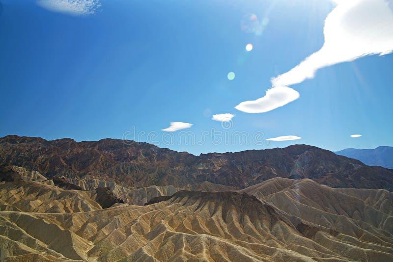 美好和光滑的山脉在一明亮的好日子 免版税库存图片