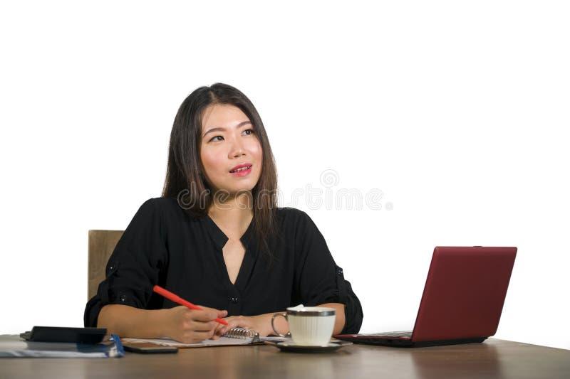 美好和愉快成功亚洲中国女商人工作放松了在微笑办公计算机的书桌周道和甜i 免版税图库摄影