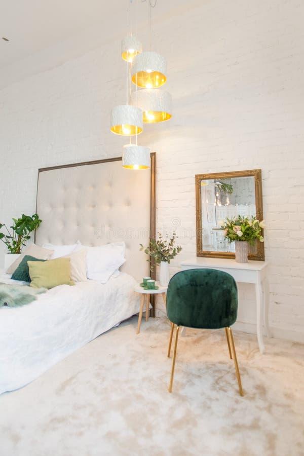 美好和现代家和旅馆卧室室内设计 在卧室组成桌和镜子 库存图片