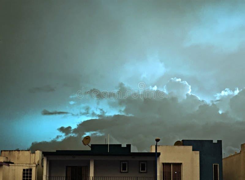 美好和精神日出蓝色都市 图库摄影